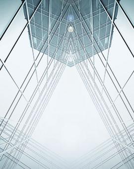 szklany biurowiec ujęty z dołu